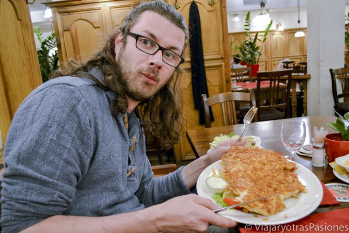 Schnitzel gigante que se puede comer en Múnich en Alemania