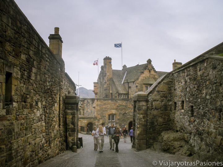 Entrada del castillo en un día en Edimburgo, Escocia
