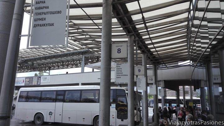 Interior de la estación de autobuses de Sofía en la parada para ir a Plovdiv, en Bulgaria
