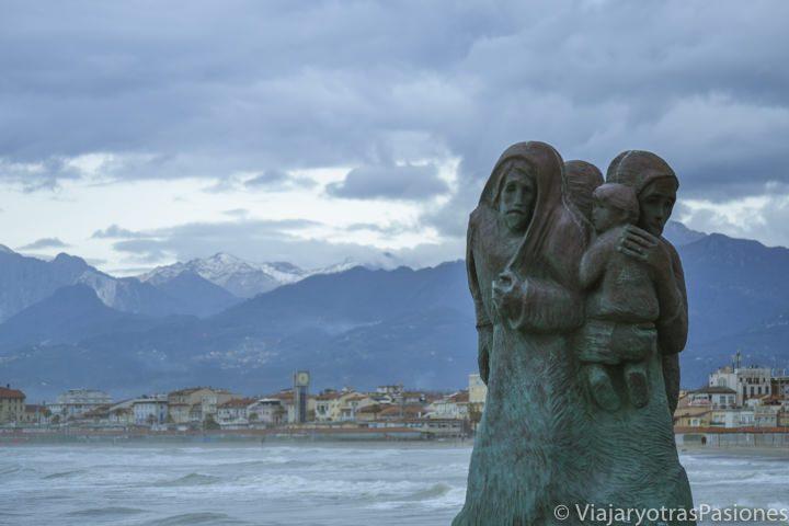 Estatua en el famoso molo de Viareggio, en Toscana