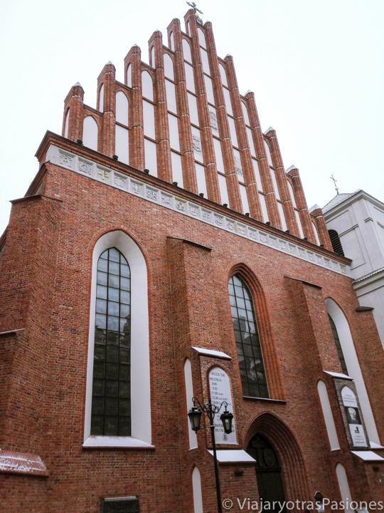 Característica fachada de la catedral de Varsovia, Polonia