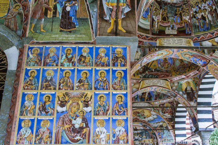 Espetaculares frescos con muchos colores en el Monasterio de Rila en Bulgaria