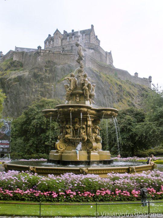 La famosa fuente frente al castillo de Edimburgo, Escocia