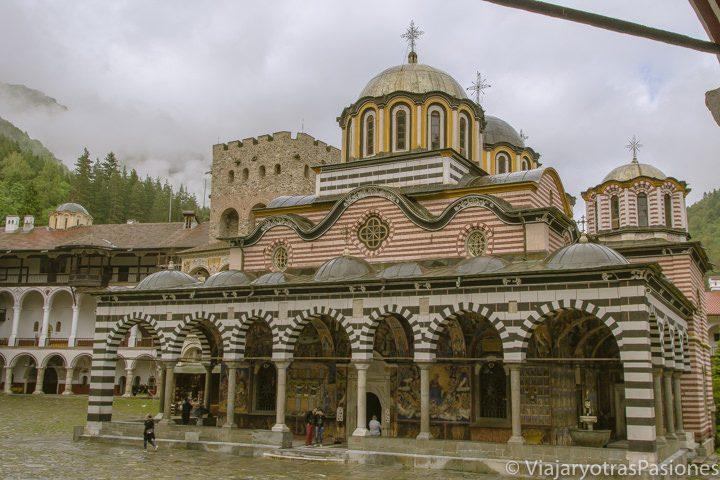 Exterior del precioso monasterio ortodoxo de Rila en Bulgaria