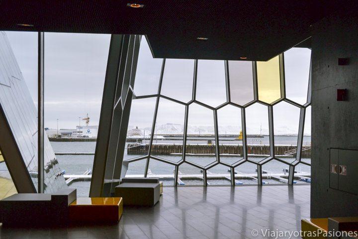 interiores del famoso centro de musica HARPA, en Reykjavik