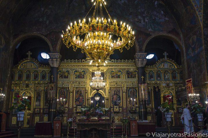 Interior de la iglesia ortodoxa de Sveta Nedelya en Sofia, en Bulgaria