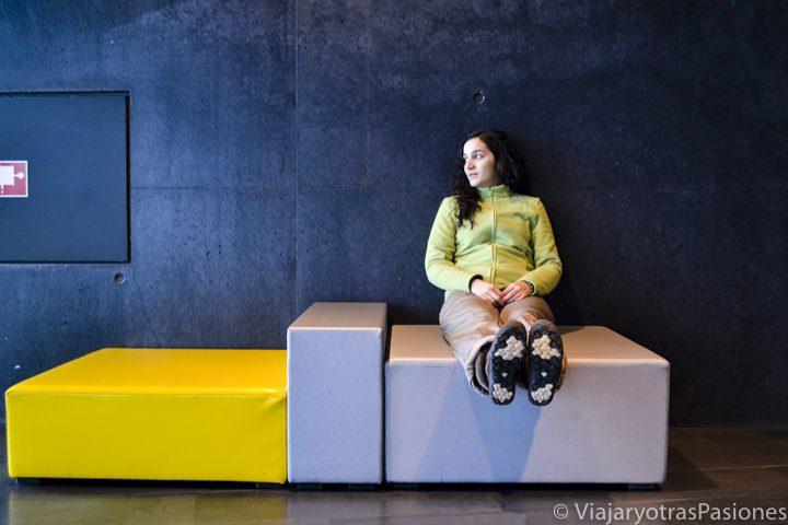 Sentada en el HARPA Centre en Reykjavik, Islandia