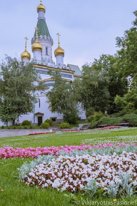 Paisaje desde lo járdines de la iglesia rusa de San Nicolás en Sofía, Bulgaria
