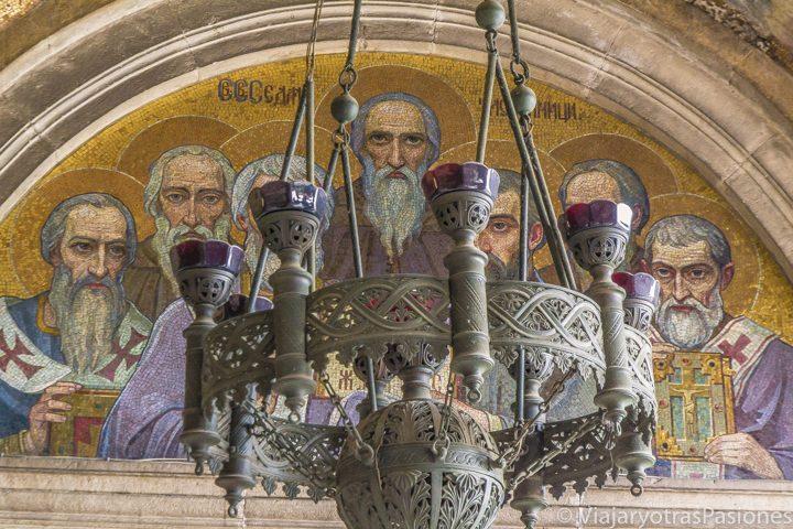 Detalle de la entrada de la catedral de Aleksander Nevsky en Sofía, Bulgaria