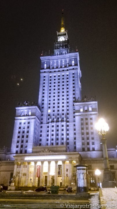 Imagen nocturna del palacio de la Ciencia, en el viaje a Varsovia y Cracovia, en Polonia