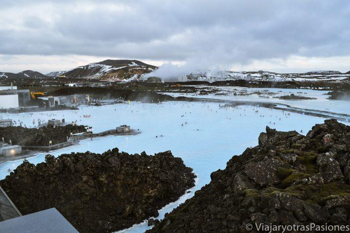 Vista panorámica del Blue Lagoon desde la terraza, Islandia