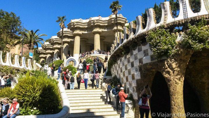La famosa escalera del Park Güell en Barcelona, España