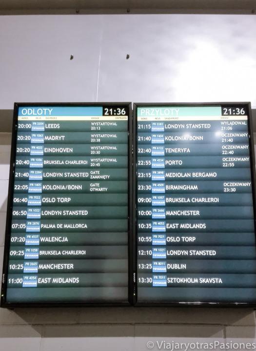 Pantalla de los destinos en el aeropuerto de Varsovia, Polonia