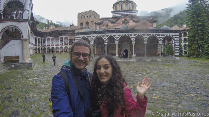 Posando en el patio del espectacular Monasterio de Rila, Bulgaria