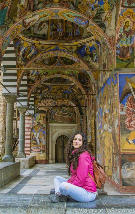 Galería de frescos en el Monasterio de Rila en Bulgaria