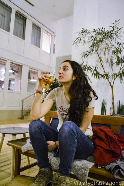 Bebiendo cerveza en el Wombat Hostel en Múnich, Alemania