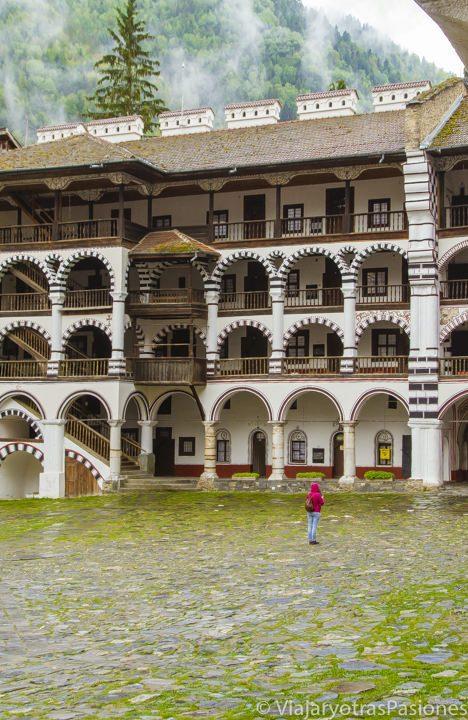 Patio que se ve al visitar el monasterio de Rila, en Bulgaria
