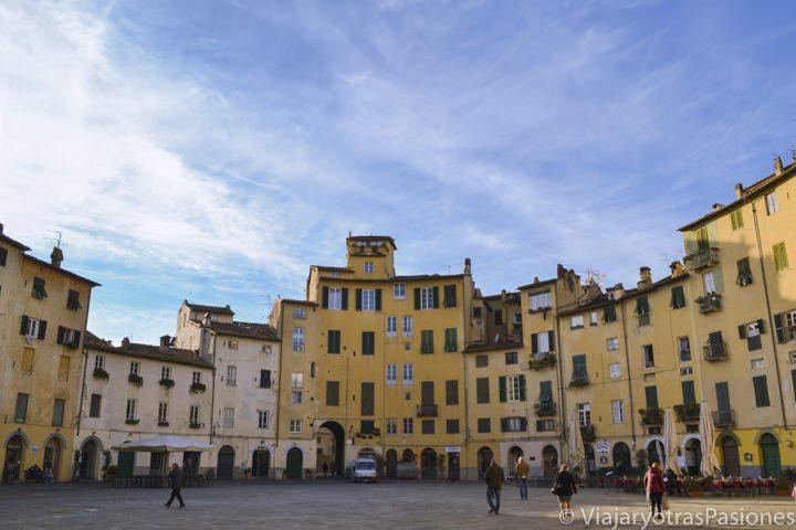 Vista de la famosa plaza Anfiteatro en Lucca, Italia