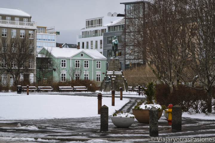 Vista del la centrica Plaza Austurvollur en Reikiavik, Islandia