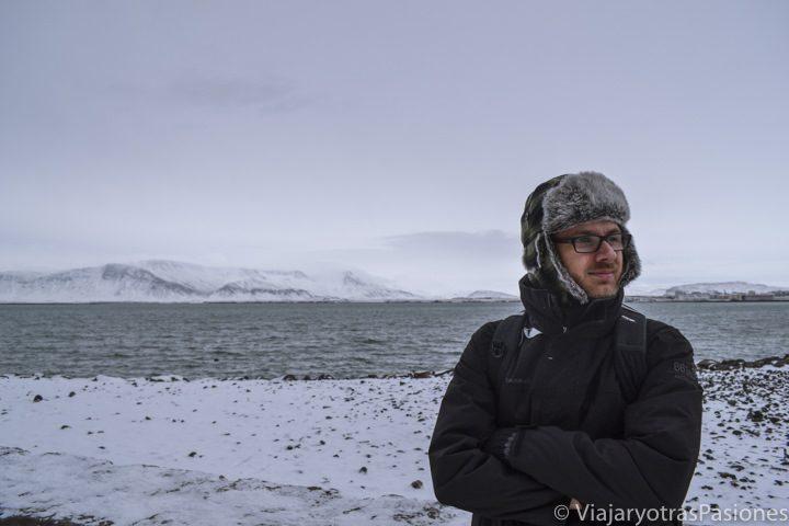 Panorama en la bahía en un día en Reykjavik, Islandia