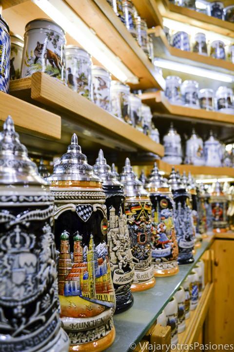 Típicas jarras que se pueden comprar en Múnich, Alemania