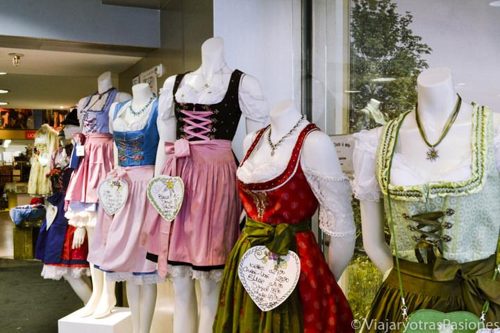 Típicos trajes bávaros que se pueden comprar en Múnich, Alemania