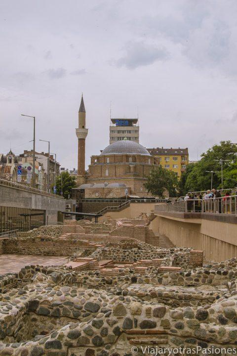 Vista de la antigua Serdica y la mezquita de Sofía, en Bulgaria