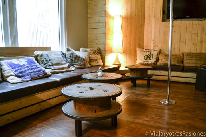 Sala interior e sofás en el Wombat Hostel en Múnich