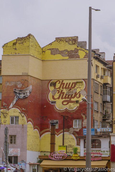 Calle con street art en el centro de Sofía, en Bulgaria