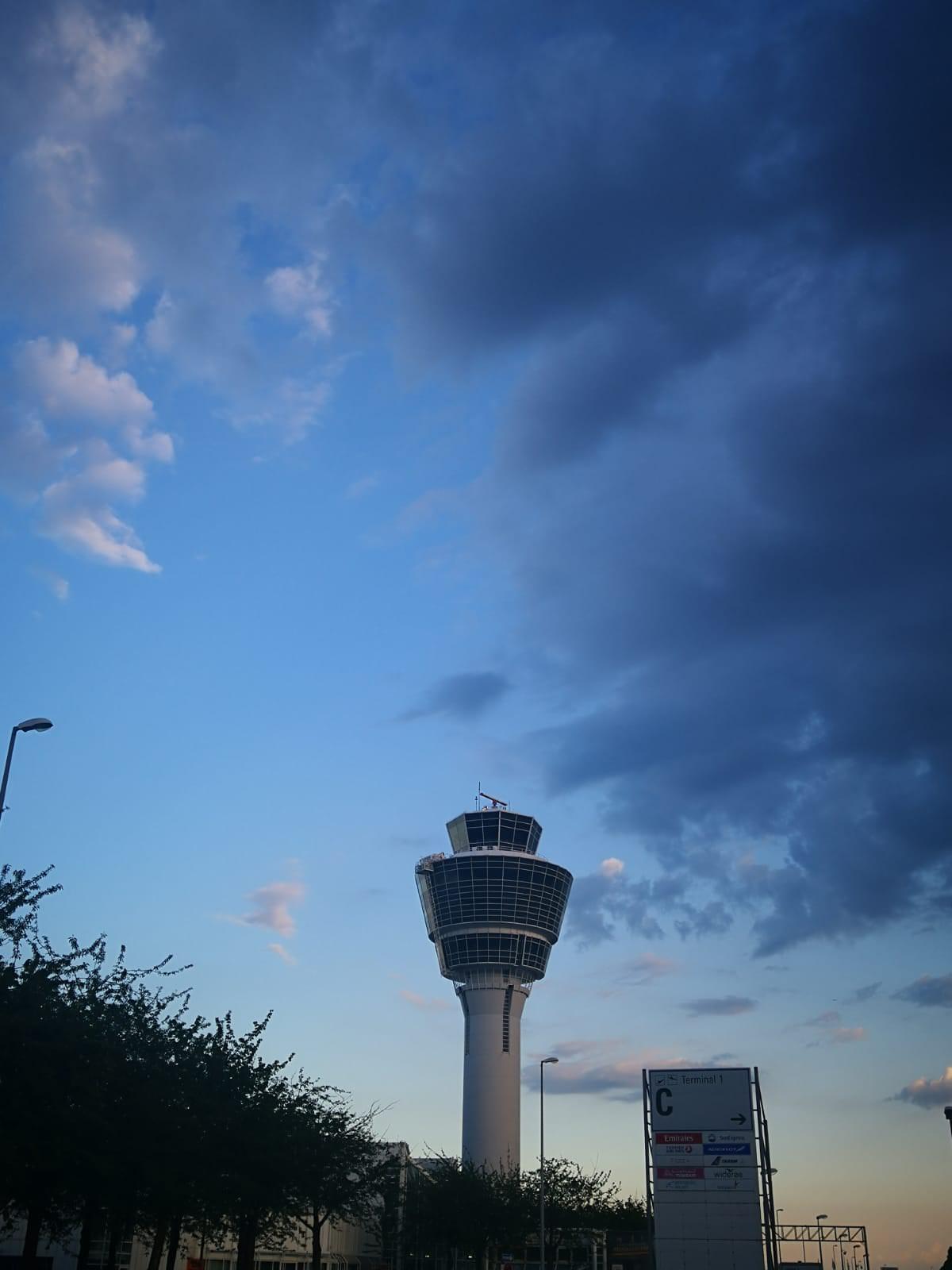 Atardecer en el exterior del aeropuerto de Múnich, Alemania