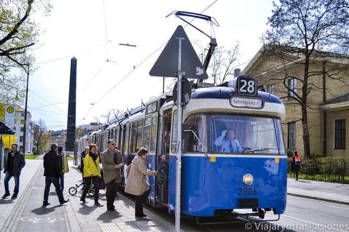 Tranvía para moverse en Múnich, en Alemania