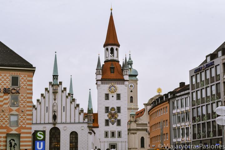 Fachada del ayuntamiento antiguo en Múnich, Alemania