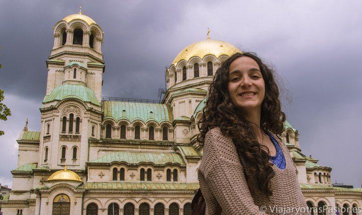 Frente a la catedral Alexander Nevsky en el paseo por Sofía en un día, Bulgaria