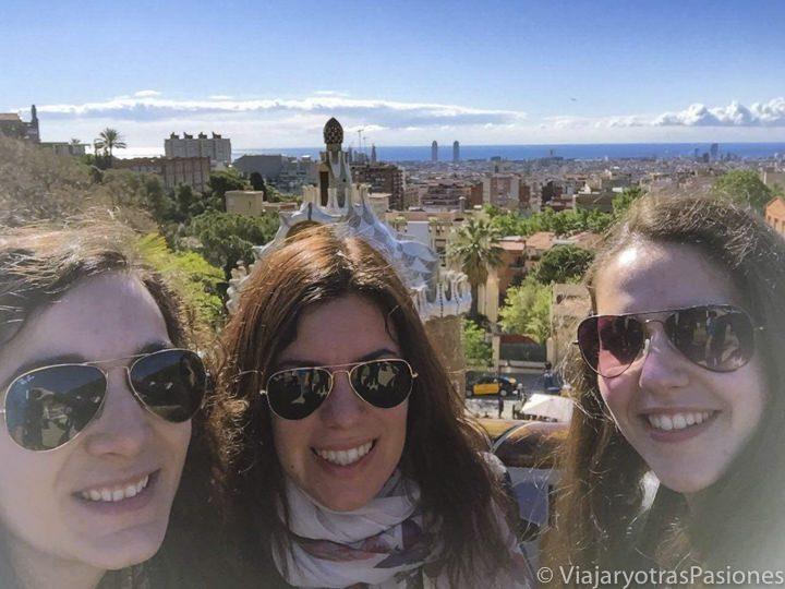 Tres amigas frente a una preciosa vista de Barcelona en España