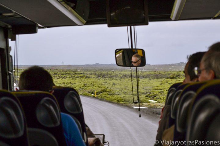 Interior del bus para ir del aeropuerto de Reikiavik al centro de la ciudad, Islandia