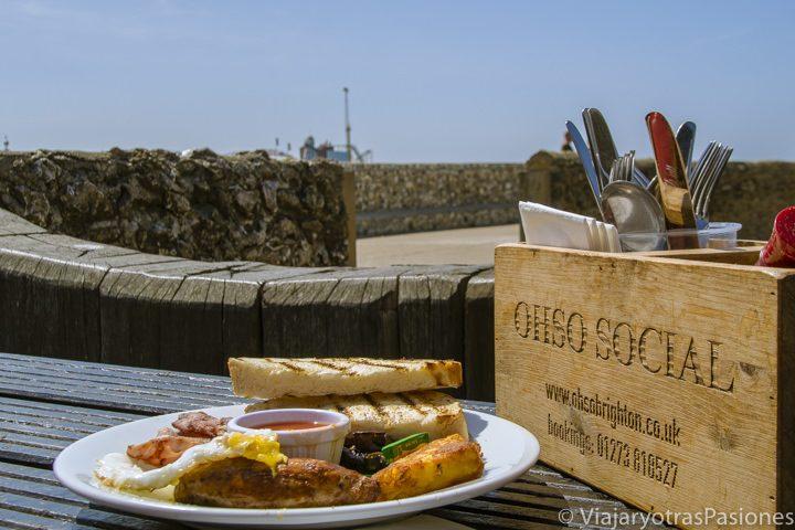 English breakfast frente al mar en Ohso Social, Brighton