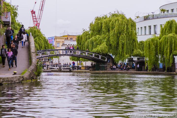 Vista desde el canal del icónico puente de Camden Town en Londres, Inglaterra