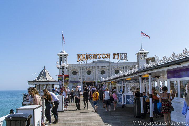 Icónico letrero de entrada al Brighton Pier, el muelle festivo de Brighton, Inglaterra