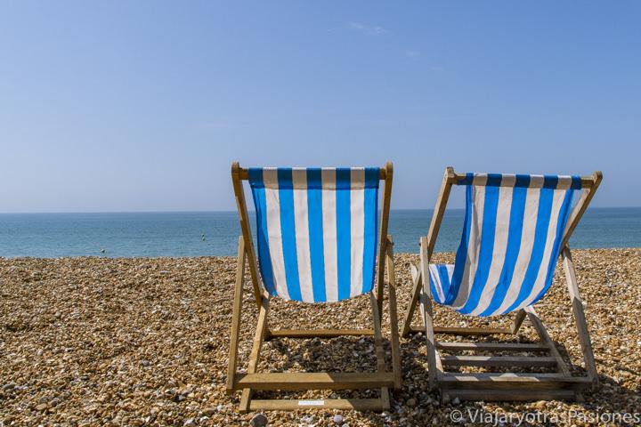 Decker chairs en la playa de Brighton, Inglaterra
