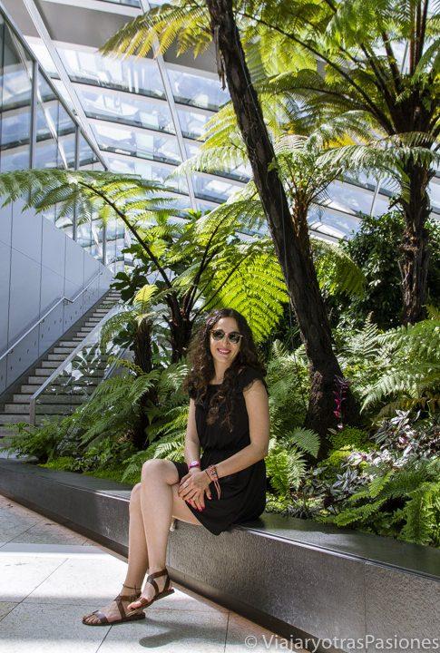Posando en el jardín del Sky Garden, Londres