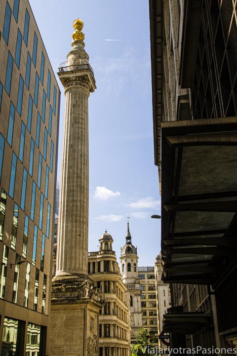 Imagen del famoso Monument en los callejones de la City de Londres, Inglaterra