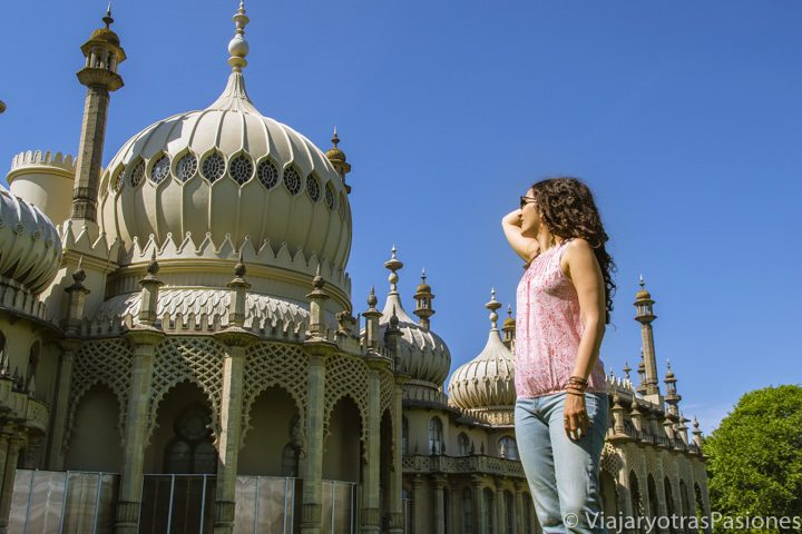 Posando delante del Royal Pavilion, el edificio de estilo indio de Brighton, Inglaterra