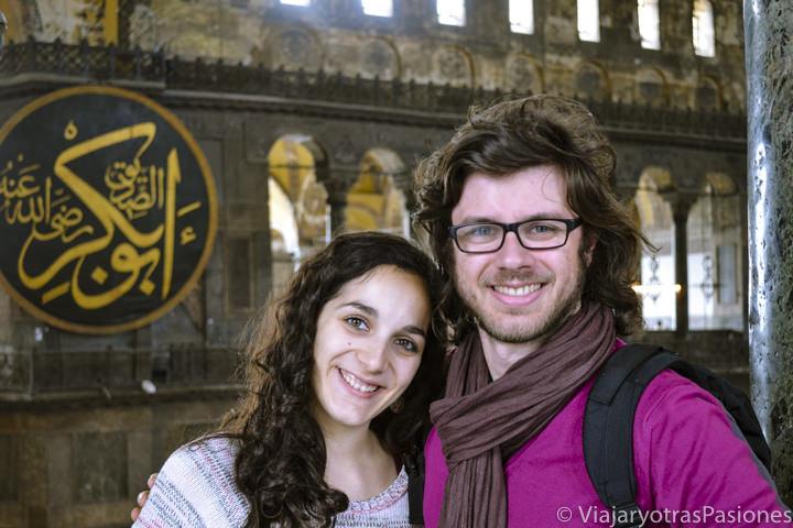 Pareja en el interior de Hagia Sofia, en Turquía