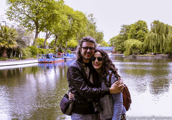 Pareja en los famosos canales de Little Venice en Londres, Inglaterra