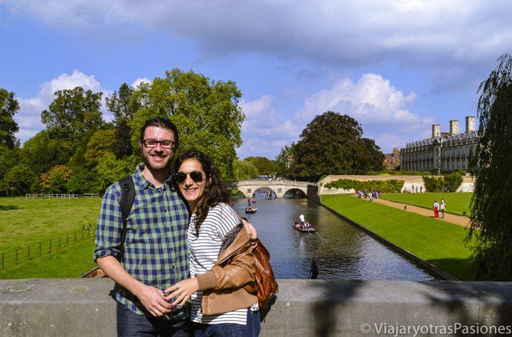 Posando en el río Cam, Cambridge