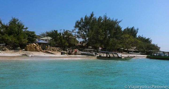 Vista de la bonita playa de las Islas Gili, Indonesia