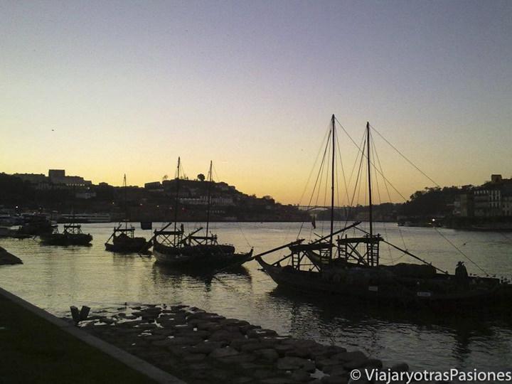 Atardecer en el río Duero, con sus famosos rabelos. Oporto, Portugal