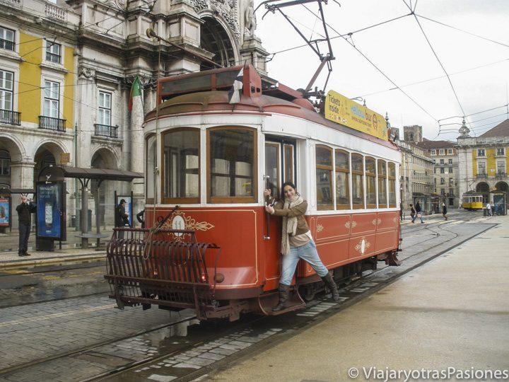 Subida a uno de los populares tranvías de Lisboa en la Plaza del Comercio.