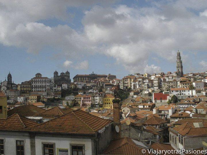 Vistas de los tejados de Oporto, Portugal, desde las alturas.