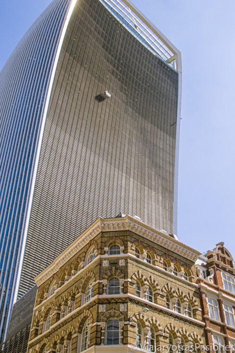 Imagen del exterior del rascacielos conocido como Walkie Talkie, en la City de Londres. El Sky Garden está en su último piso